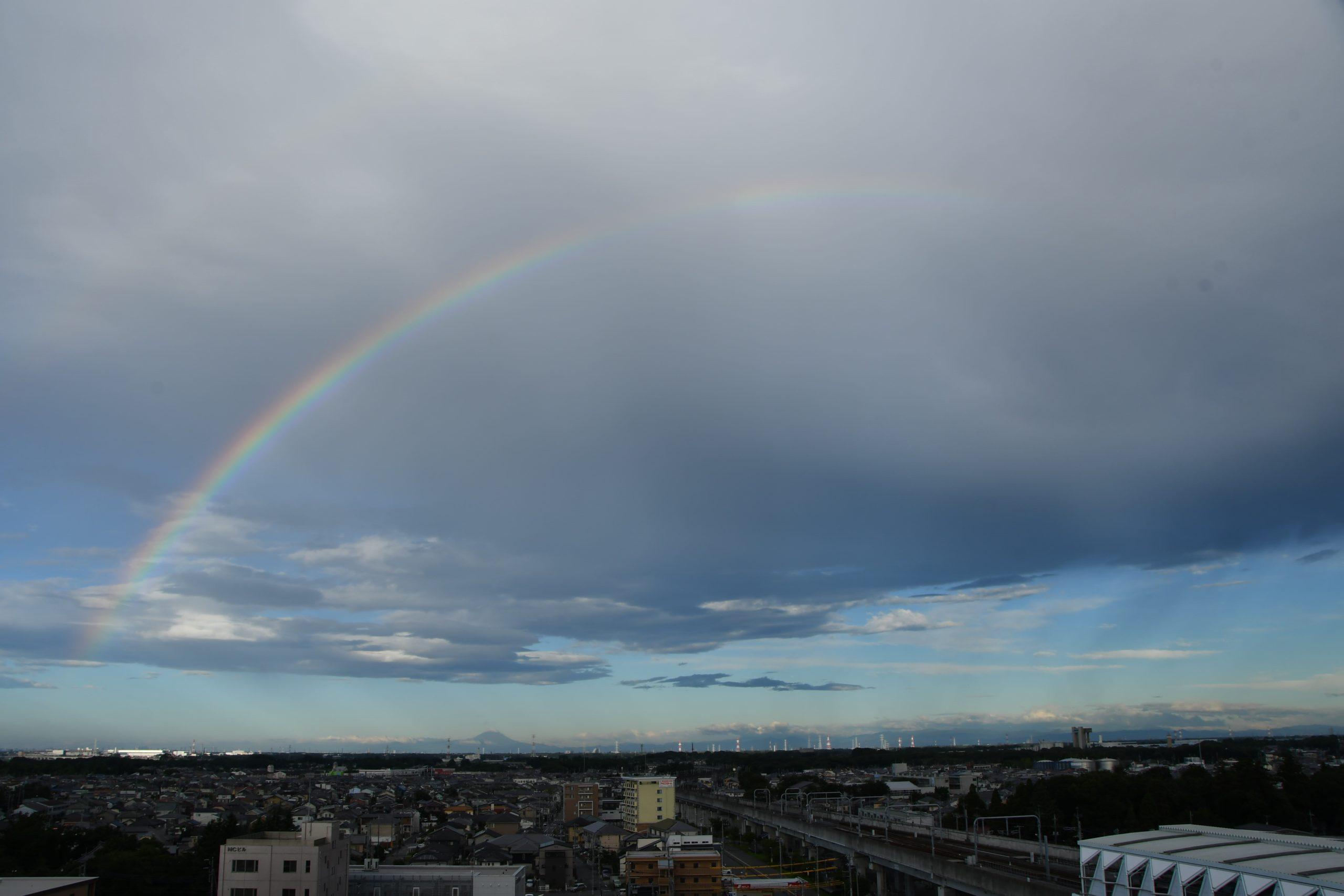 早朝の虹(中央)